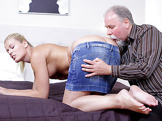 After getting her cunny tongued it is only honest she deepthroat on this older guy's cock!